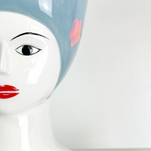 Rose ed essenze essiccate su vaso co volto di donna | Andrea Patrizi Flower Shop
